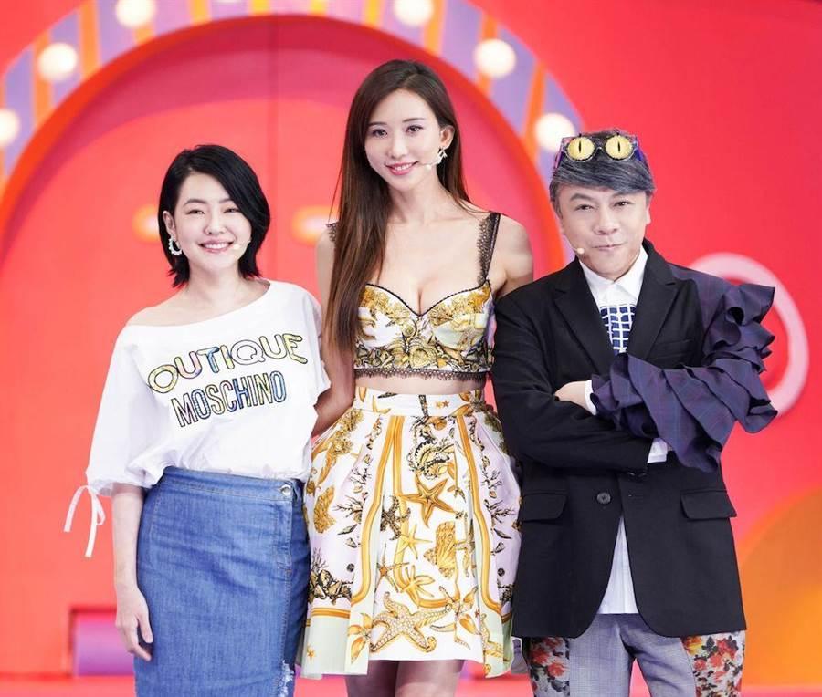 小S(左起)、林志玲、蔡康永在錄影中合影。(圖片提供:中天)