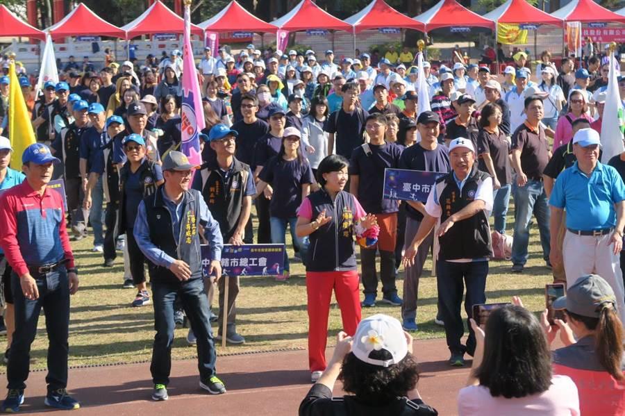 台中市副市長楊瓊瓔參加「球新球變」108年度勞資趣味競賽,並與勞工朋友一同跳熱身操,氣氛歡樂。(台中市政府提供/王文吉台中傳真)