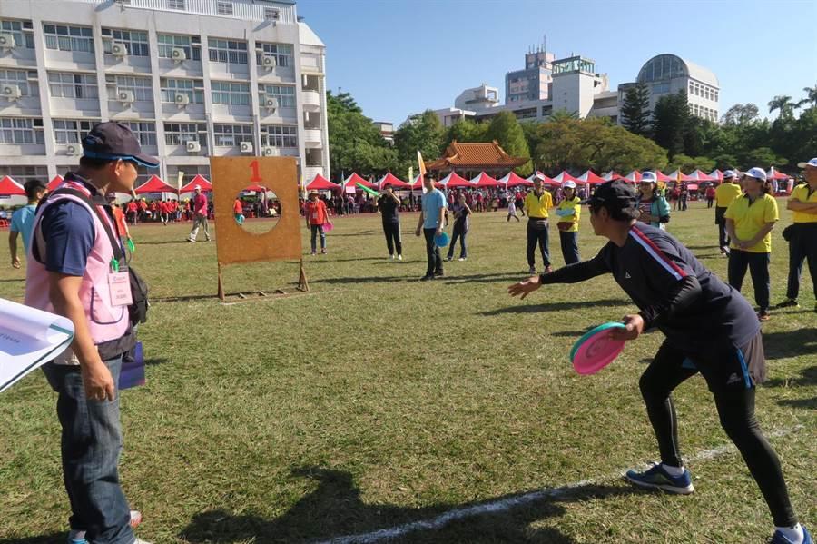 勞資趣味競賽挑戰「飛盤擲準」,前6名可獲得獎盃及獎品。(台中市政府提供/王文吉台中傳真)