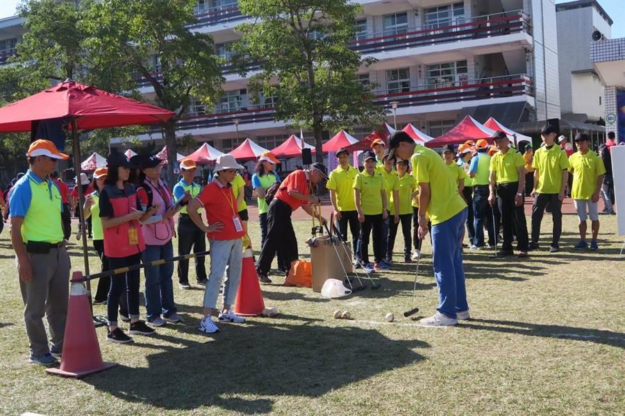 勞資趣味競賽挑戰「木球擊準」,前6名可獲得獎盃及獎品。(台中市政府提供/王文吉台中傳真)
