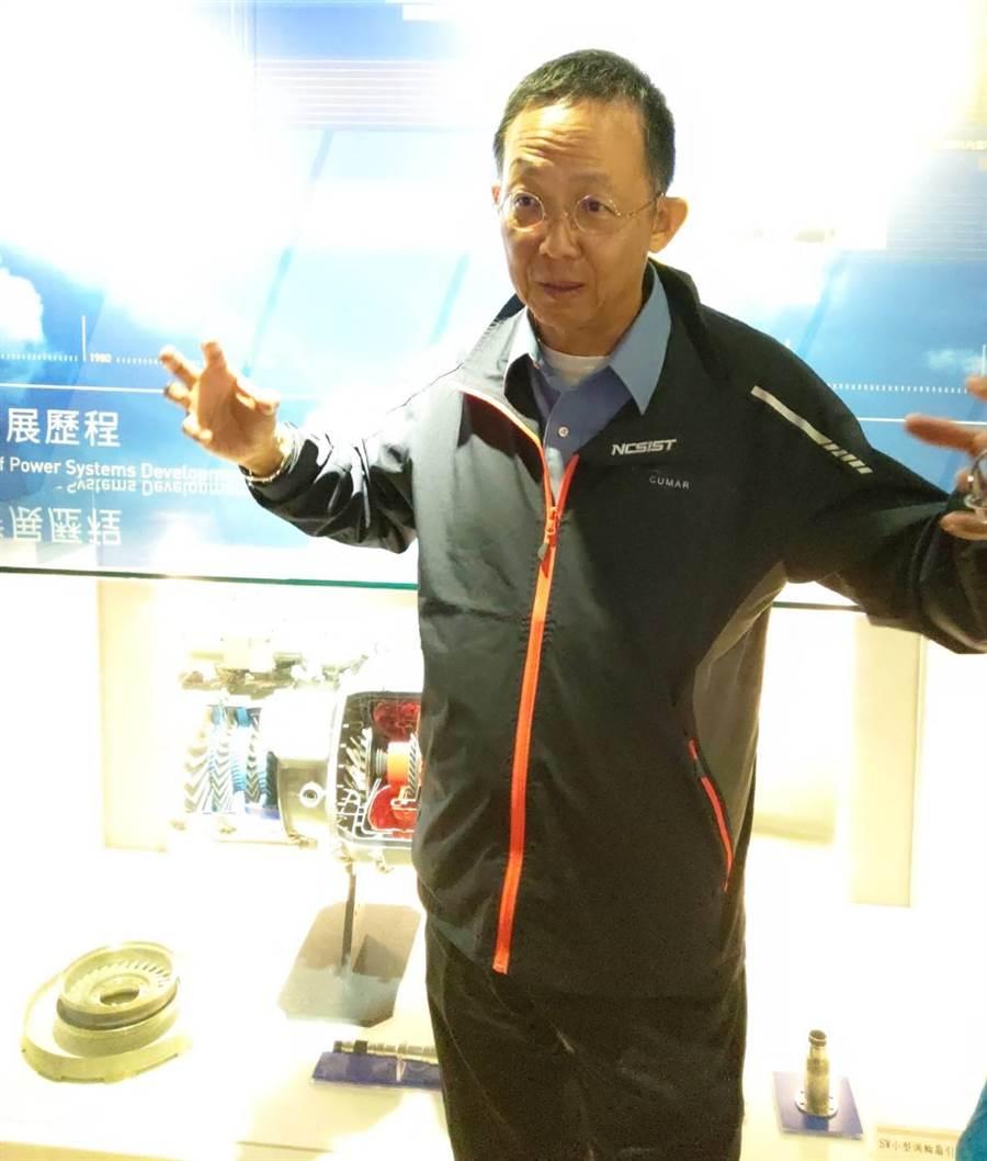 中科院長杲中興站在「鯤鵬引擎」模型前談研發甘苦。呂昭隆攝