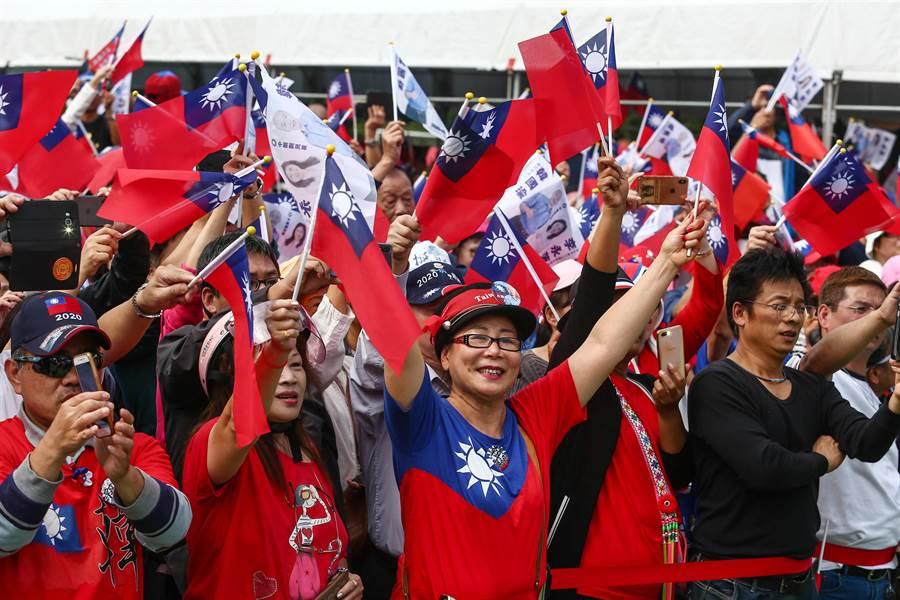 國民黨總統參選人韓國瑜17日「傾聽之旅」到瑞芳出席黨籍立委參選人聯合競總成立時,受到韓粉熱情出席支持。(鄧博仁攝)