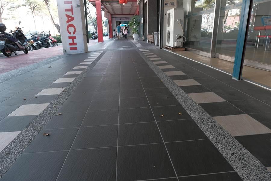 竹北市光明六路家樂福商圈騎樓整平示範路段,方便身障者通行。(羅浚濱攝)