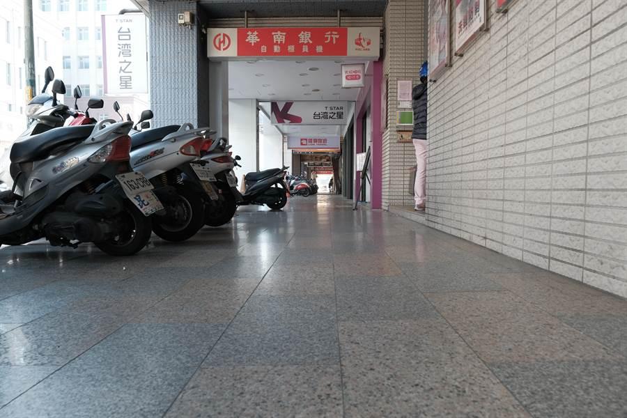 竹北市縣政九路華南銀行商圈騎樓整平,方便身障者通行。(羅浚濱攝)