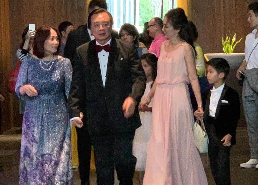 林志玲母親(左)以蘇菲雅量身訂製寶藍色禮服出席林志玲婚禮茶會。(蘇菲雅提供)