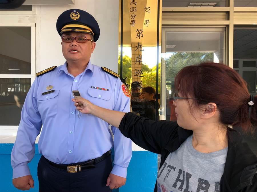金門岸巡隊副隊長王榮忠說明深夜救困過程,提醒登島民眾注意潮汐時間。(李金生攝)