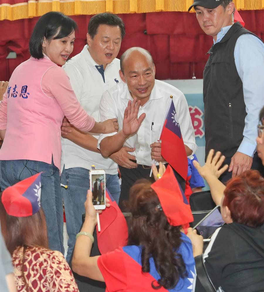 國民黨總統候選人婦女後援會成立大會17日在新北市三重小巨蛋舉行,國民黨總統參選人韓國瑜(右二)向後援會的成員們揮手致意。(劉宗龍攝)