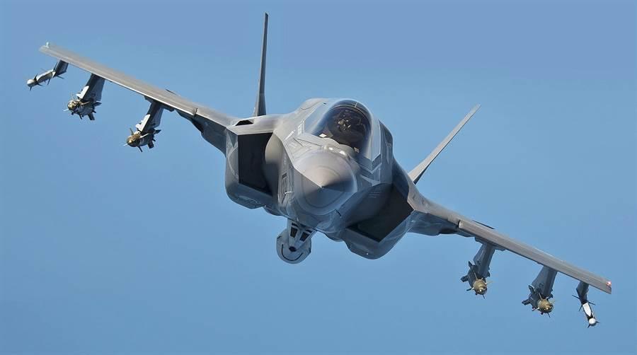 全武裝掛載的F-35B,中線掛架安裝的是25公釐機砲。(圖/洛馬)