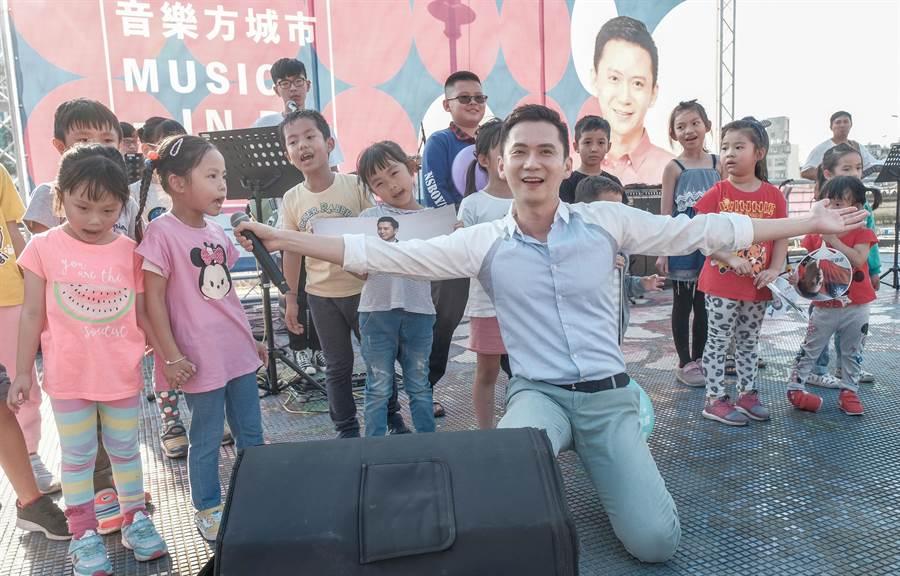 新竹縣民進黨立委參選人鄭朝方舉辦音樂方城市,與小朋友一起唱「學貓叫」。(羅浚濱攝)