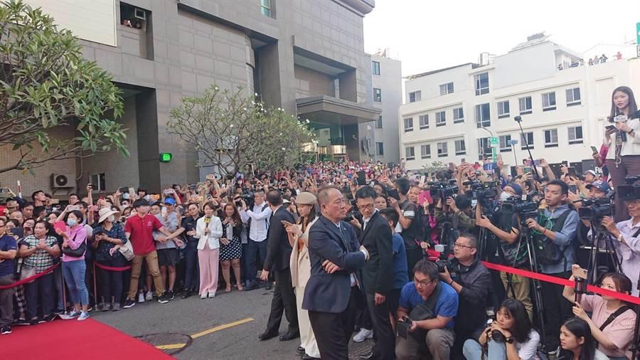 上千民眾包圍全台吳氏大宗祠外的50公尺巷弄,觀賞林志玲與Akira的世紀婚禮。(程炳璋攝)
