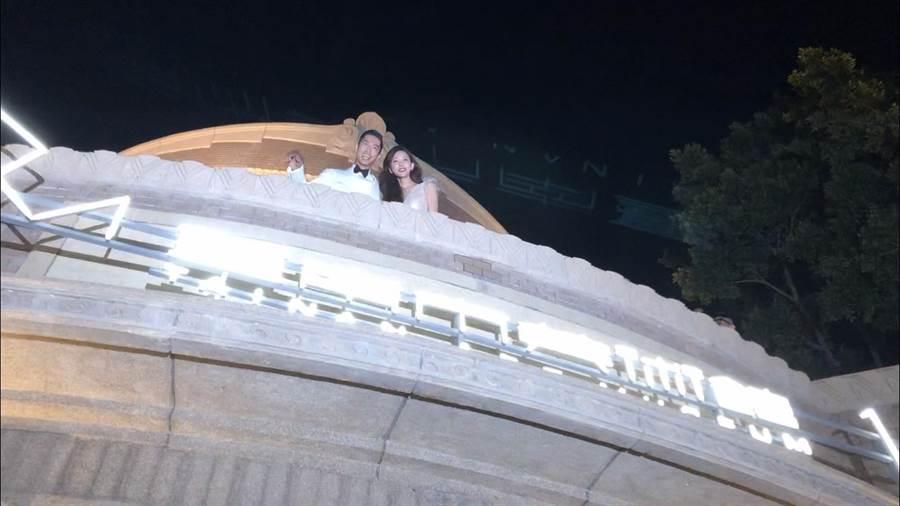 林志玲與AKIRA在窗台與民眾揮手致意。(江珮瑜攝)