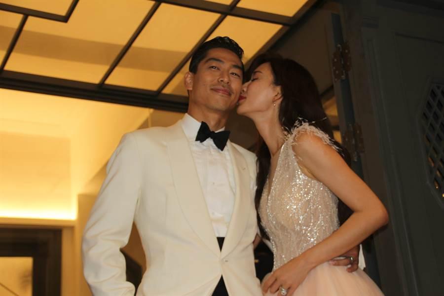 台灣名模林志玲親吻夫婿Akira,現場觀眾驚呼。(圖/程炳璋攝)