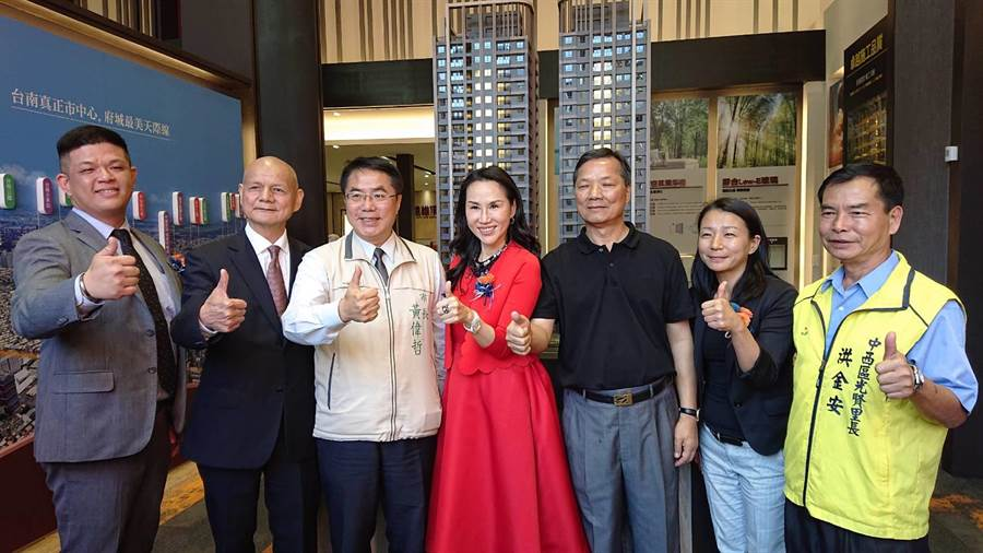 台南市長黃偉哲(左三)與遠雄建設公司總經理張麗蓉(紅衣者)在預售屋前合影。(程炳璋攝)