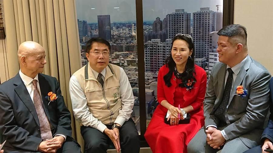 台南市長黃偉哲(左二)與遠雄建設公司總經理張麗蓉(紅衣者)談起台南市都市發展。(程炳璋攝)