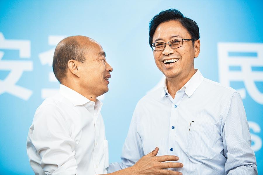 前行政院長張善政(右),媒體來電必接。如今他已是藍營總統候選人韓國瑜的搭檔。圖/本報資料照片