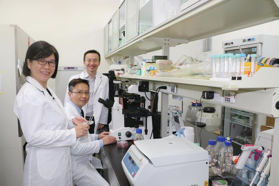 國家新創獎研究團隊成員:亞洲大學3D列印研究中心副主任陳怡文(左起)、中國附醫整形外科主任李建智、謝明佑教授。