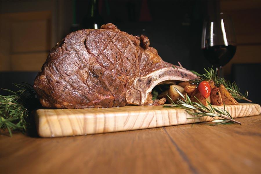 在大台南國際旅展中購買指定「平日晚餐套券」,加碼送20盎司炙烤戰斧牛。圖/台南老爺行旅提供
