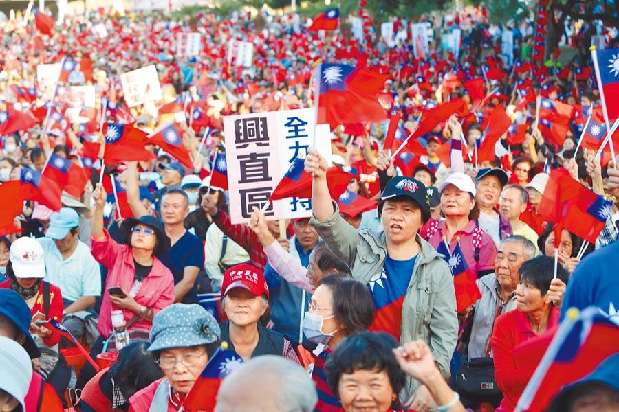 國民黨總統參選人韓國瑜的新北市傾聽之旅16日來到新莊陽光草坪,參加立委參選人陳明義聯合競選總部成立大會,現場擠滿支持者爭睹他的風采。(季志翔攝)