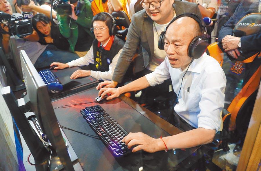 韓國瑜(右一)16日預告將公布6歲以下國家幫忙養的托育政策。圖為韓16日到新北市莊敬高職,參觀電競產業班時,應邀玩了一下電競遊戲。(季志翔攝)