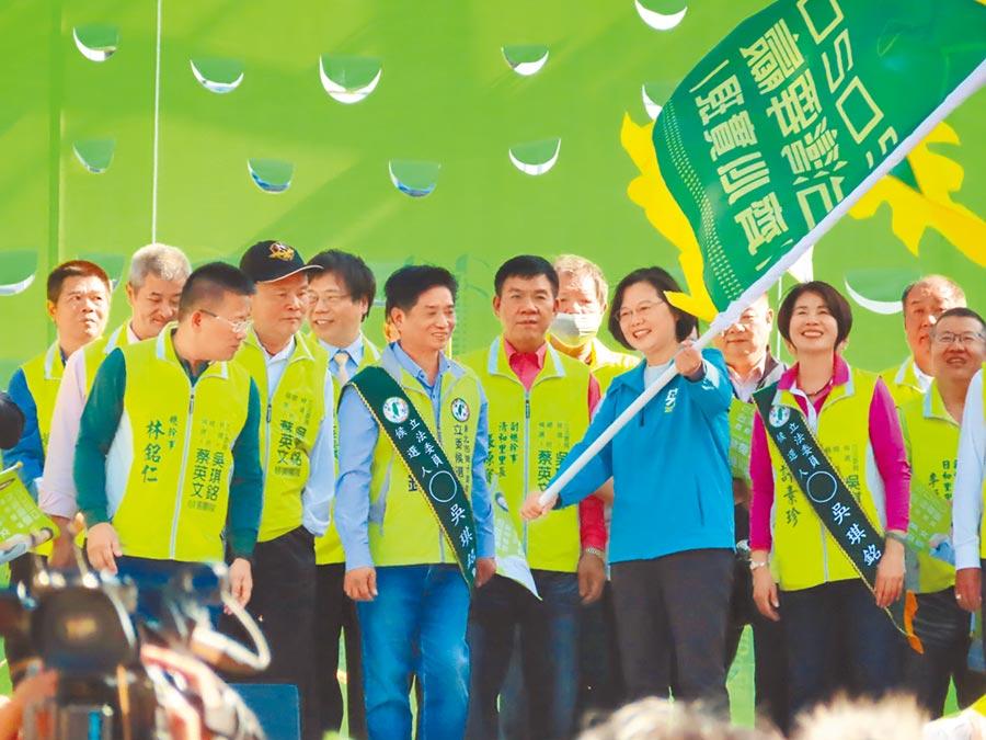 蔡英文總統16日到土城為民進黨立委參選人吳琪銘站台,細數任內政績,呼籲民眾全力護台灣。(葉德正攝)