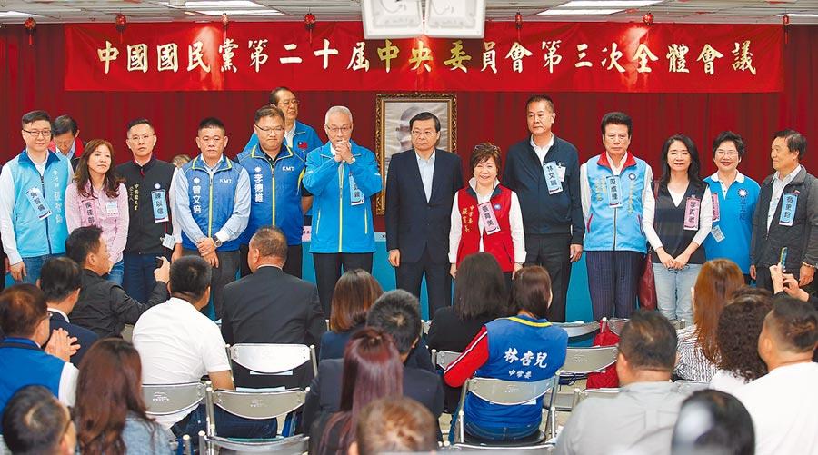 國民黨16日舉行不分區立委名單同意權投票,結果出爐後,黨主席吳敦義(中左)帶領過關被提名人向中央委員致意。(姚志平攝)