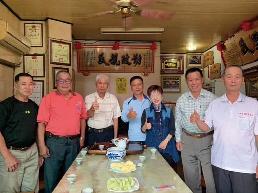 國民黨前主席洪秀柱(右三)在台南拚立委選戰,走訪基層不乏支持者鼓勵她爭取立院龍頭寶座。(洪秀柱競選團隊提供/曹婷婷台南傳真)
