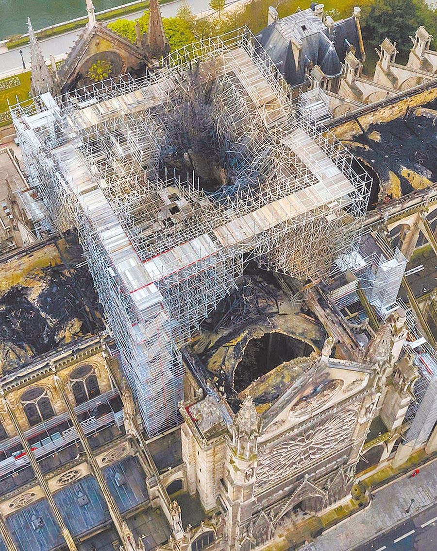 災後無人機空拍照片,可見木造屋頂與尖塔在祝融肆虐後全毀。(美聯社)