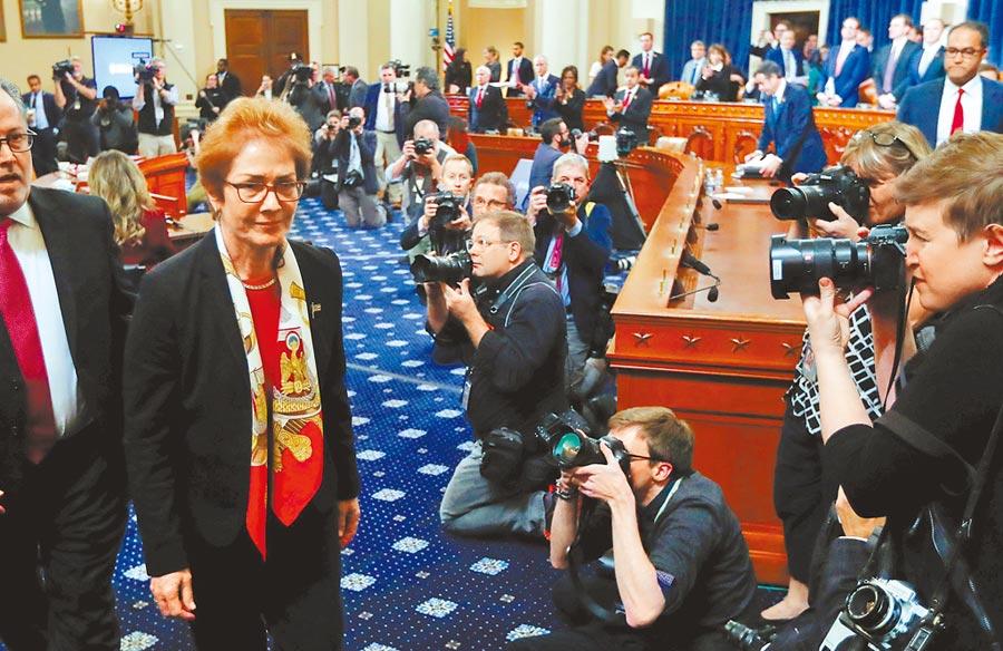 前美國駐烏克蘭大使尤凡諾維契(左二)15日出席國會眾議院情報委員彈劾總統調查公開聽證會。(路透)