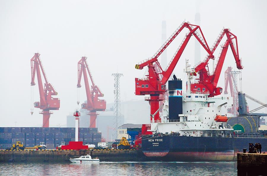 一艘散裝貨輪正在大陸青島碼頭卸貨。美國商務部數據顯示,受貿易戰影響,全美有30多州銷陸商品大幅下滑。(路透)