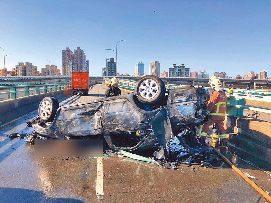 新北市三重中興橋16日下午發生死亡車禍,43歲陳女因車輛翻覆,受困於車內當場被燒死。(翻攝照片/戴上容新北傳真)