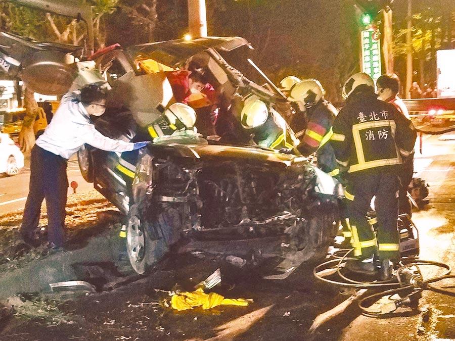 39歲賴姓男子15日晚間駕車自撞中央分隔島的路樹,猛烈的撞擊力導致車頭全毀,賴男經送醫急救後仍傷重不治。(翻攝照片/林郁平台北傳真)
