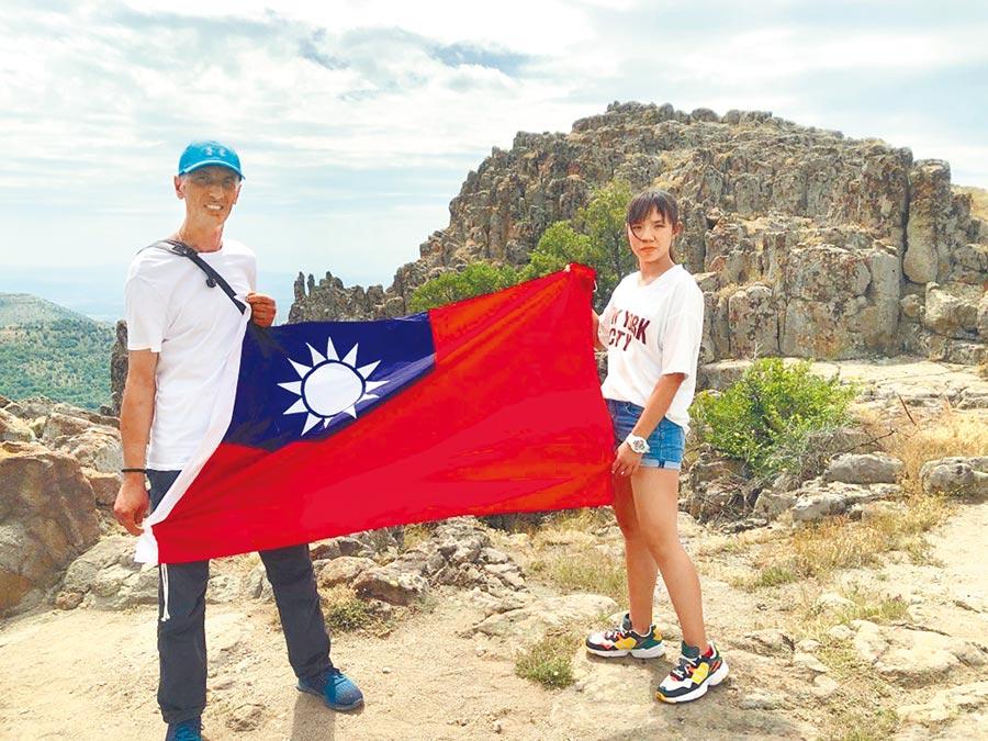 林聿綸同學(右)和父親前往馬其頓考查古羅馬歷史。(移民署提供/陳鴻偉台北傳真)