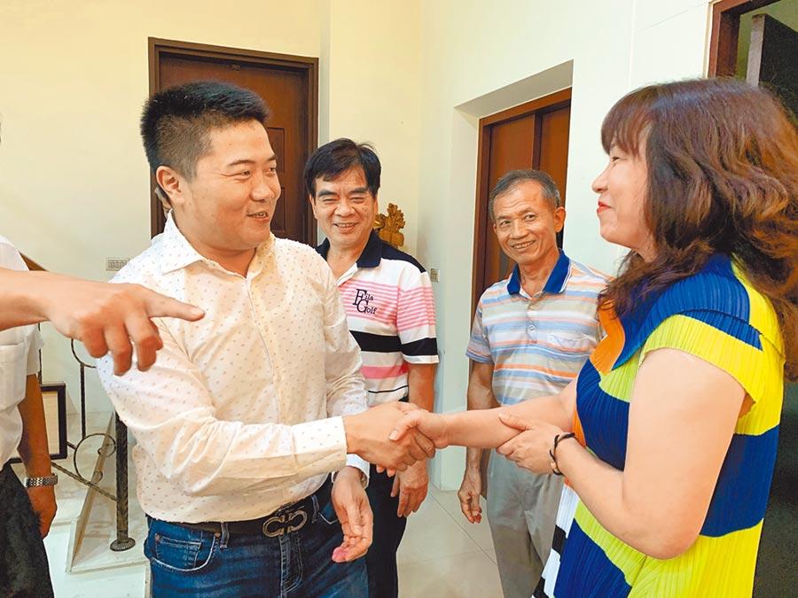 尋求連任的台中市第二選區立委顏寬恒(左)。(林欣儀攝)