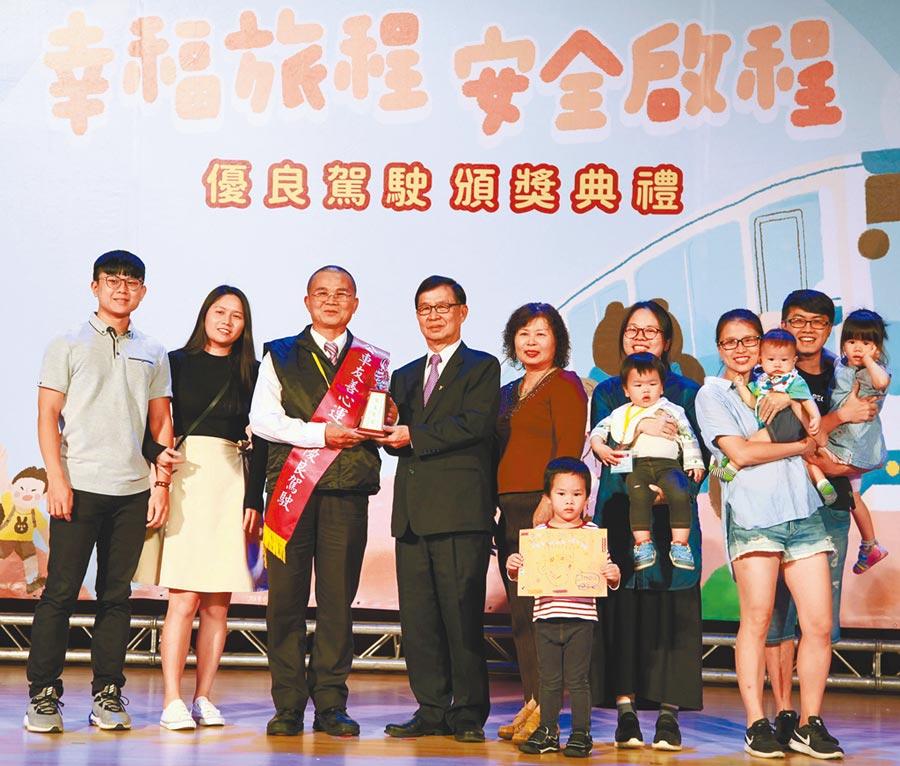 台北市公車聯營管理委員會16日舉辦「公車友善心運動」優良駕駛表揚典禮,不少駕駛都是全家人一起上台受獎,有小朋友帶著手畫海報恭喜阿公,讓現場充滿溫馨氣氛。(張立勳攝)