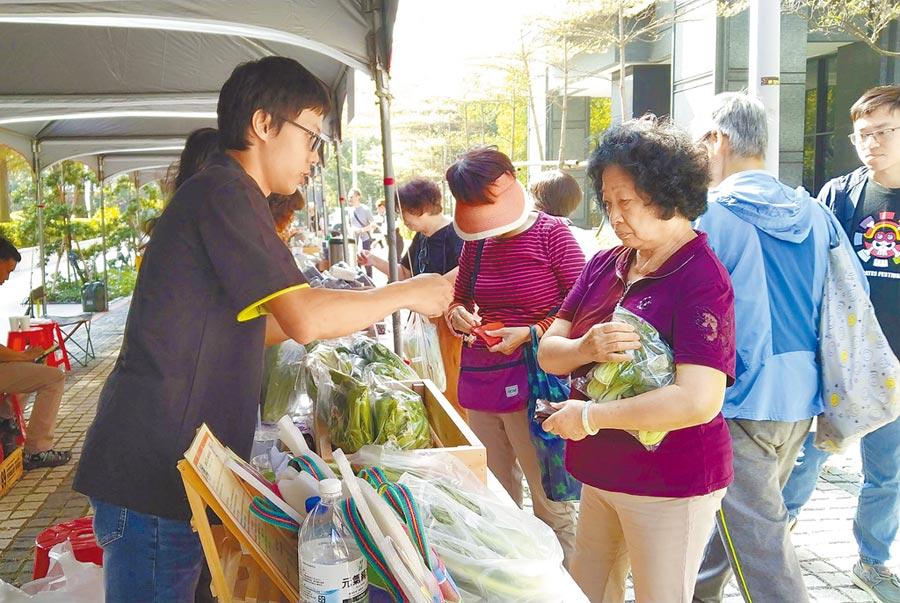 尚青農夫市集活動,16日在惠宇仰德與仰森大樓中間通道試賣。(台中市政府農業局提供/陳世宗台中傳真)