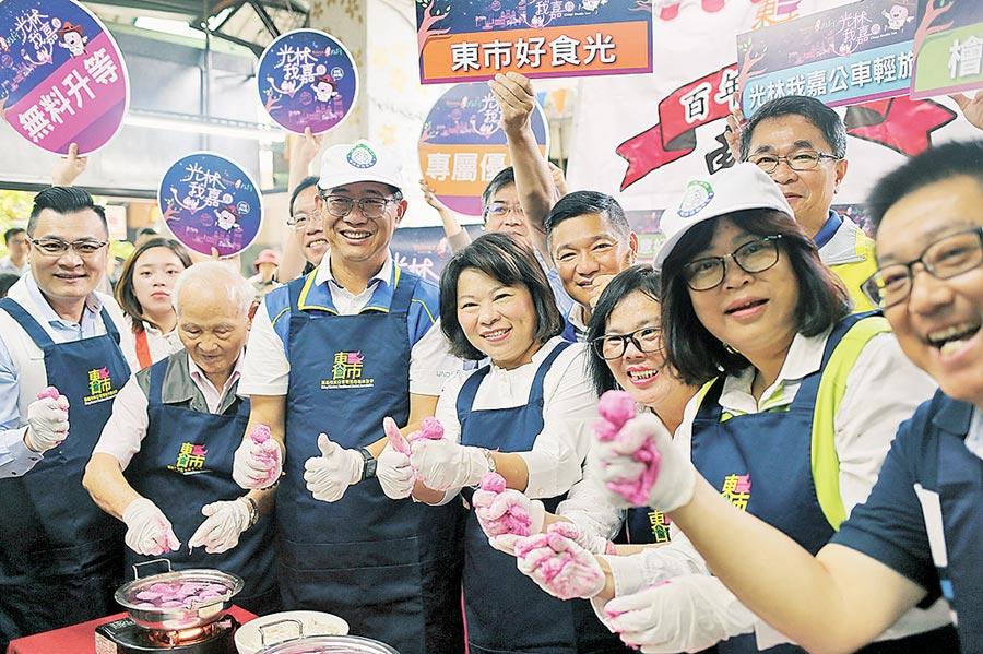 嘉義市長黃敏惠(前排左四)在東市場體驗製作魚丸。(張毓翎攝)