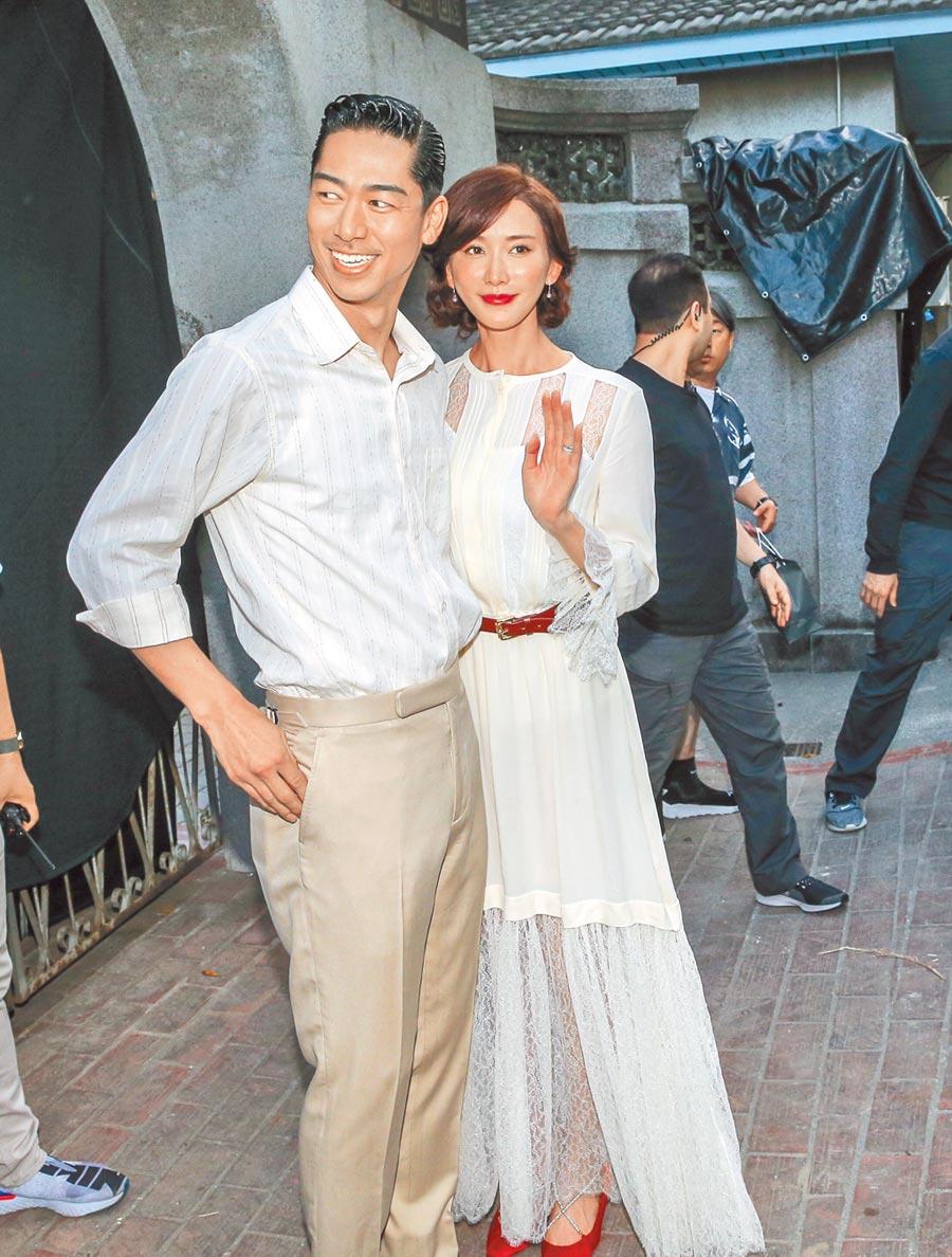 婚禮儀式彩排後,林志玲(右)與AKIRA現身與民眾致意。(盧禕祺攝)