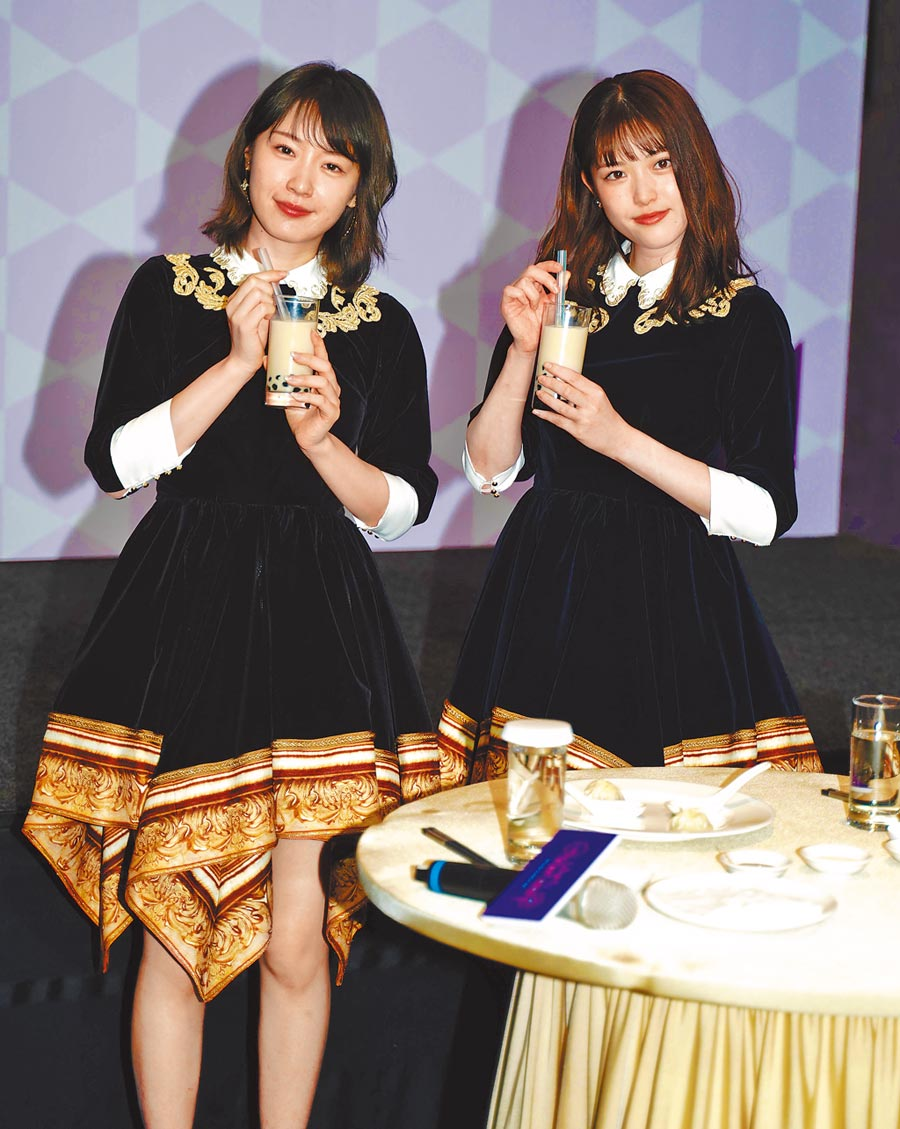 高山一實(左)、松村沙友理昨來台宣布演唱會最新消息。(實習記者郁晨攝)
