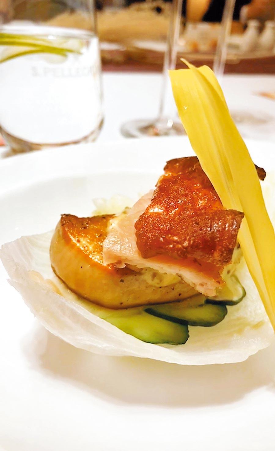 「油戲鴛鴦」以傳統粵菜「脆皮炸子雞」結合法式道地「鴨肝」料理。(裕元花園酒店提供)