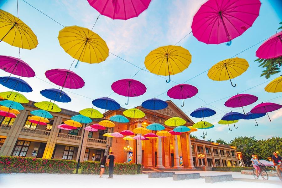 前廣場彩虹漂浮傘。圖片提供新北市政府文化局