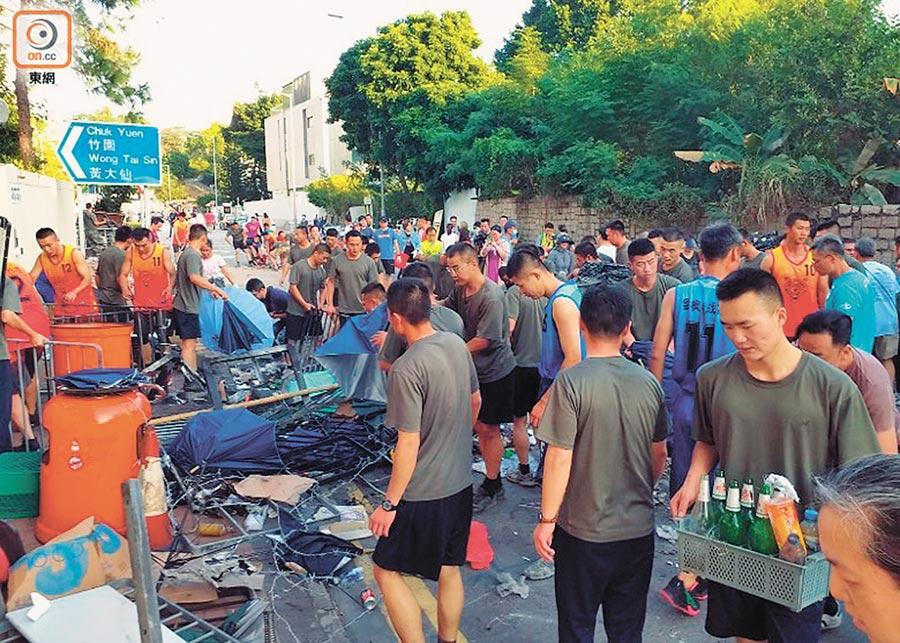 駐港解放軍從九龍塘軍營出營,上街清理路障。(取自東網)