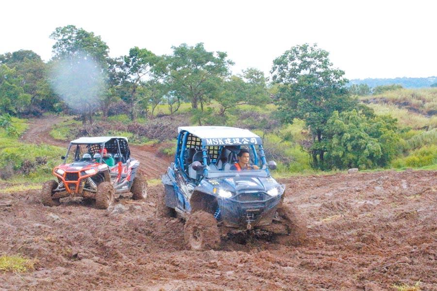 TIPO園區施工的工人駕駛越野車穿梭在滿是泥濘的工地。(記者李澍攝)