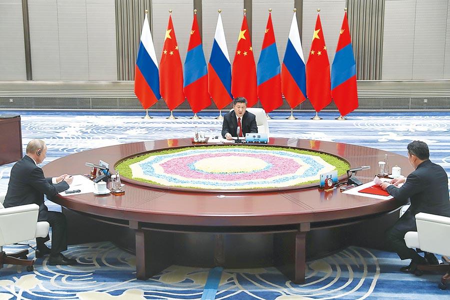 2018年6月9日,中國國家主席習近平同俄羅斯總統普京、蒙古國總統巴特圖勒嘎在青島舉行中俄蒙三國元首第四次會晤。(中新社)