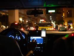 深夜後座傳怪聲 小黃司機轉頭見黑影嚇傻