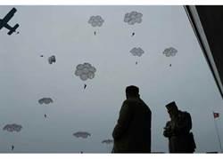 北韓空軍狙擊兵跳傘 金正恩視察訓練