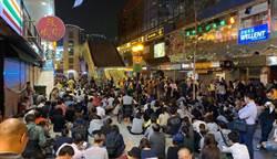 數百名家長校友靜坐 呼籲勿暴力鎮壓理大示威者