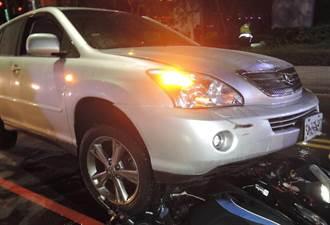 休旅車撞機車騎士彈飛 機車被拖行