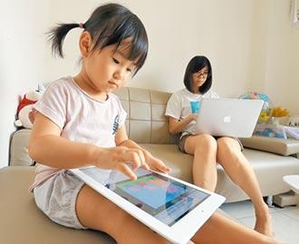 幼兒緊盯手機 衝擊大腦通訊網