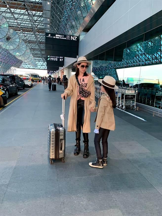 時尚名媛李晶晶與寶貝女兒戴Ecua-Andio帽大秀親子時尚穿搭術。(緯泰公關提供)