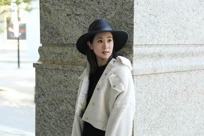 李晶晶以黑色紳士帽搭配白色QQ毛絨短版外套率性優雅。(緯泰公關提供)